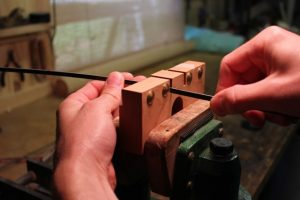 Using a veneer thicknessing gauge