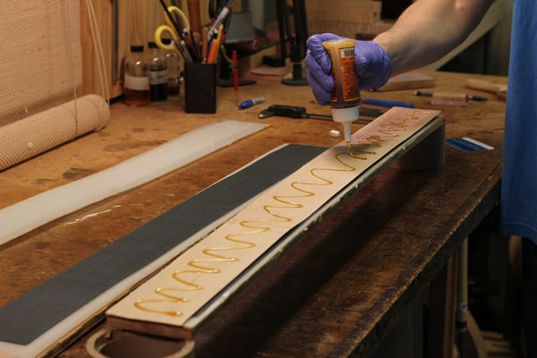 Gluing wood veneers
